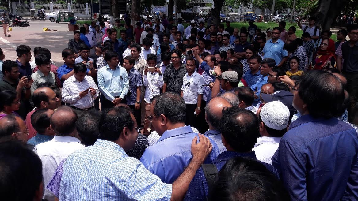 রোদে পুড়ে রাজপথে ডাক্তাররা : তারপরও রোগীসেবা তারা ভোলেন নি