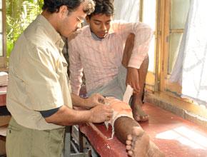 রোগী পা টেনে ধরে আছি : কাঁপলে হবে রে পাগলা ?