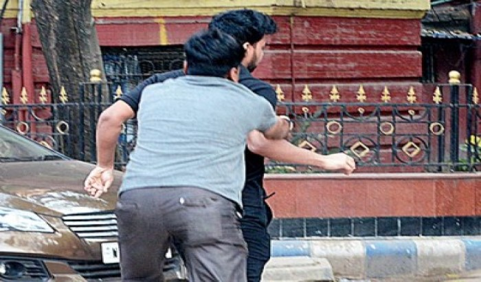 """""""ডাক্তারকে ধাওয়া""""র ছবিটা পশ্চিমবাংলার স্বাস্থ্য চিত্রের নগ্নতাকে চোখে আঙ্গুল দিয়ে দেখিয়ে দিচ্ছে"""