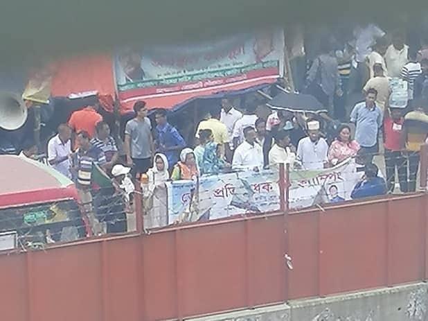 জাতীয় প্রেসক্লাবের সামনে ডেঙ্গির 'অব্যর্থ'শিশি ওষুধ বিতরণ: খেলে জীবন নাশের আশঙ্কা