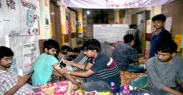 কলকাতায় হোস্টেল আন্দোলনে অনশন করা মেডিকেল ছাত্রদের অবিস্মরণীয় বিজয়